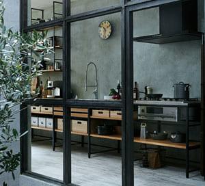 I型のキッチンは、動線も一直線になるのでムダがなくシンプル。 壁に向かって落ち着いて調理しながら、背中で家族の気配を感じ取れます。