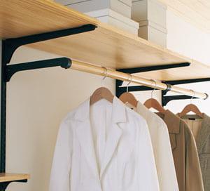 カケルノ コートやジャケットを掛けるアイテム。 クローゼットや玄関収納をコーディネートできます。